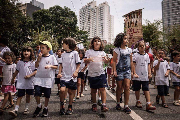 Crianças Protestam pelo Direito à Educação