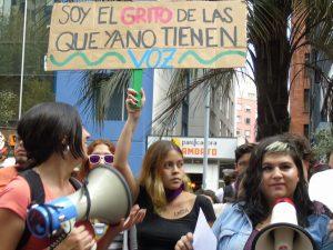 «Cacerolazo 2018»: cantos y protestas de mujeres frente al Ministerio del Trabajo en Quito, Ecuador.