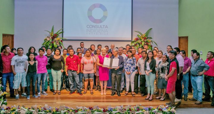 Presidente tico firma mecanismo de consulta a pueblos indígenas