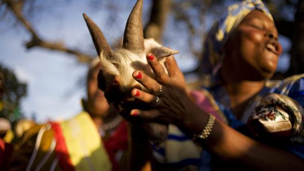 Nigeria, vietati i riti vudù che vincolano le donne alla tratta