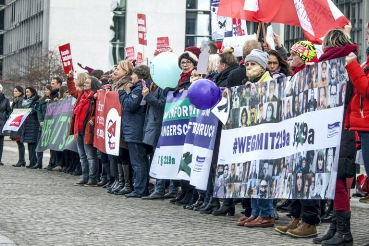 Flashmob mit 150 Aktiven am Reichstag: Keine faulen Kompromisse – Weg mit § 219a!