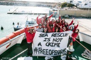 """Migranti, """"disobbedienza legittima"""" di Open Arms: in crisi le accuse alle ong"""