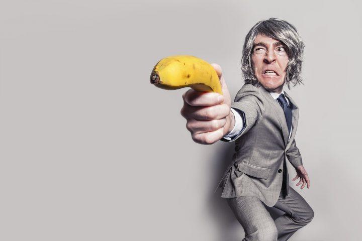 Tiros, jueces y bananas