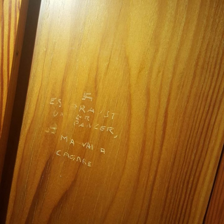 Sgomento alla Camera dei Deputati: scritta con svastica sulla porta di un bagno