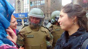 El feminismo abraza a una carabinera y manifestantes feministas