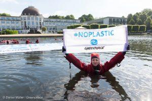 Greenpeace contro la plastica: attivisti all'assemblea Nestlé