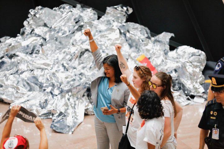 Washington: 630 mujeres arrestadas durante una protesta no violenta contra la detención de inmigrantes