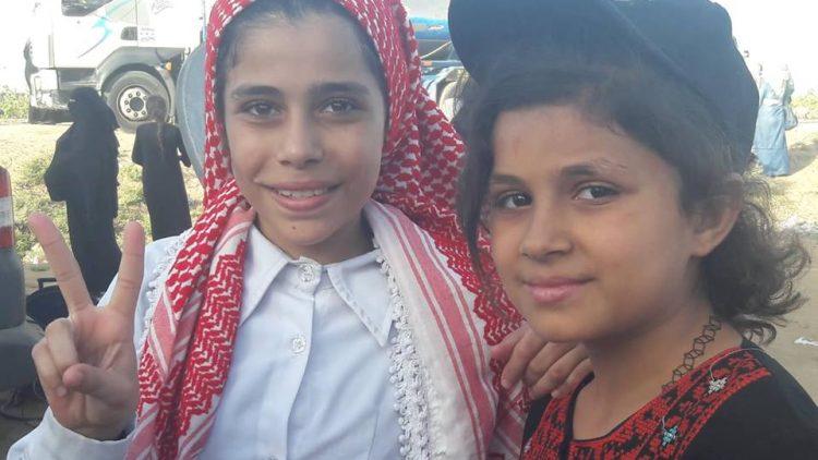 17 Bambine con abiti tradizionali