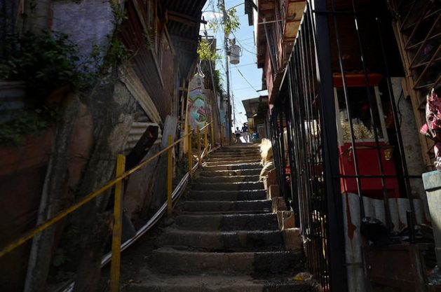 Mitad de jóvenes de barrios pobres centroamericanos desean migrar