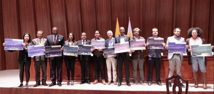 Representantes del sector de medios comunitarios y productores independientes junto al Grupo parlamentario por los derechos de los Pueblos y Nacionalidades.