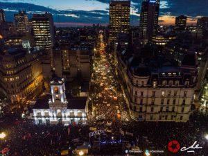 La foule défend l'éducation publique en Argentine