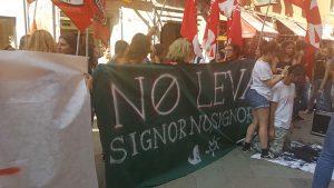 Veneto, studenti si rasano contro la leva obbligatoria