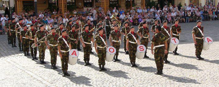 Insegnante contesta presenza esercito a scuola. E la dirigente lo sanziona…