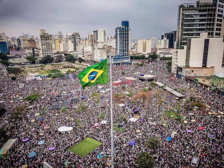 Historische Großdemonstration der Frauen gegen Faschismus in Brasilien
