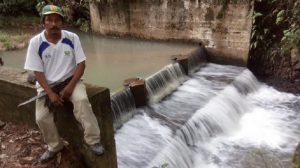Campesinos hacen su propia luz en comunidad salvadoreña
