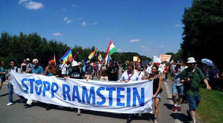 Die Bundesregierung soll den Vertrag über den Aufenthalt ausländischer Streitkräfte in Deutschland kündigen