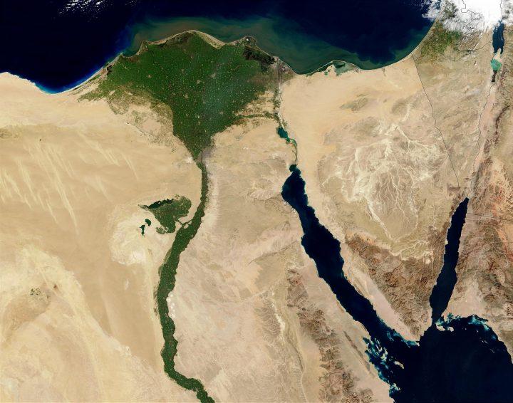 Cristianos y musulmanes egipcios se unen en un rezo por la paz