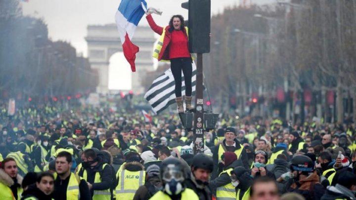 Τα «κίτρινα γιλέκα» για δεύτερο σάββατο στους δρόμους του Παρισιού