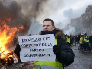 Gilets jaunes à Paris: la colère
