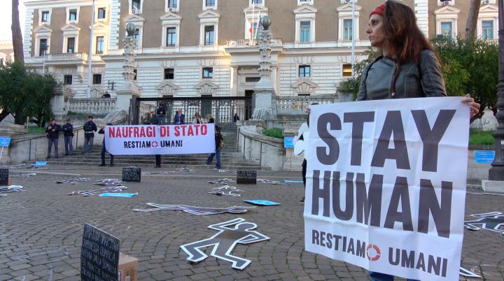 Protesta nonviolenta della Rete Restiamo Umani davanti al Viminale: Basta naufragi di Stato