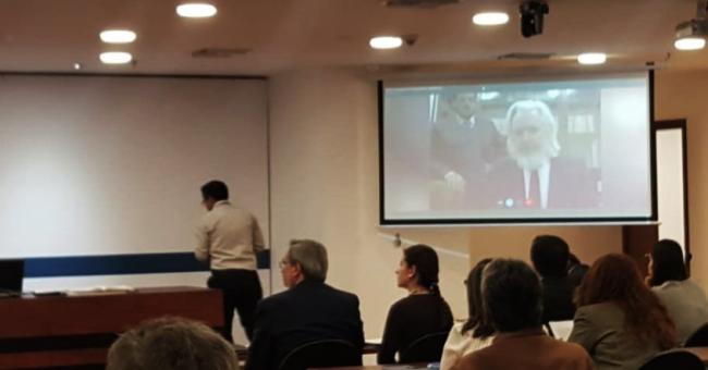 Assange dice que Estados Unidos y Gran Bretaña están presionando a Ecuador para que finalice su asilo