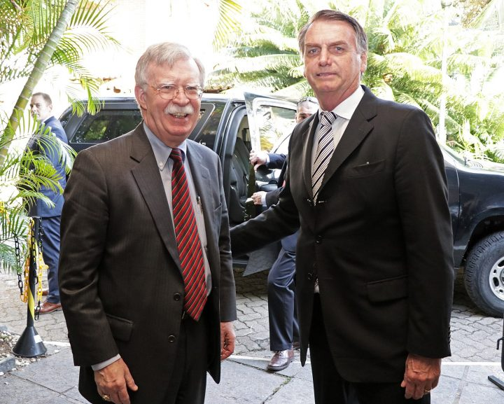 El derechista Bolsonaro toma posesión de su cargo en Brasil, prometiendo un cambio populista a los votantes enojados