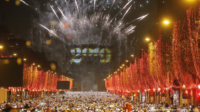 Con globos y chalecos amarillos las protestas de Año Nuevo en París