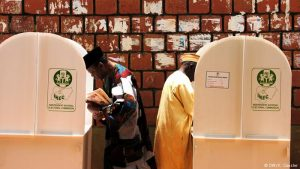 Oposición de Nigeria suspende campaña electoral por expulsión de magistrado
