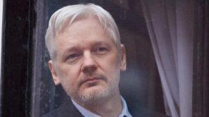 I media multinazionali calunniano WikiLeaks e Julian Assange