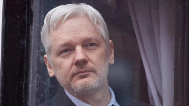 I media multinazionali calunniano WikiLeaks e Julian Assange