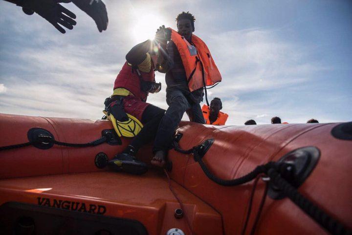Subito un porto sicuro per Sea-Watch 3. Mediterranea pronta a intervenire