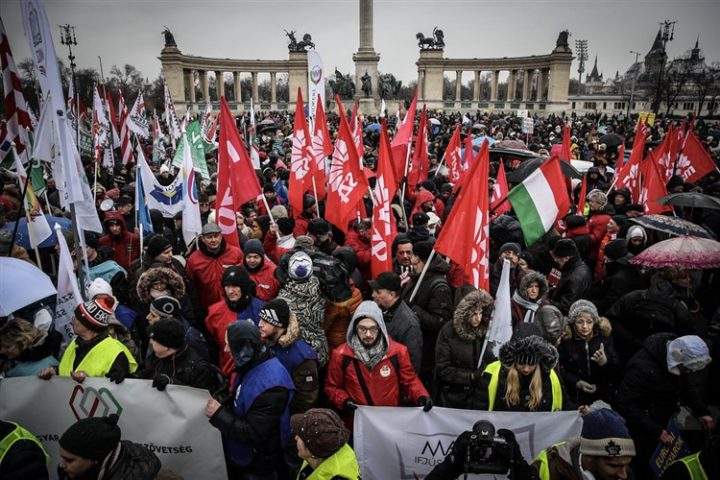 Hungarian protests call for general strike and a regime change