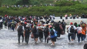 Desbordes migratorios, colapso del sistema neoliberal
