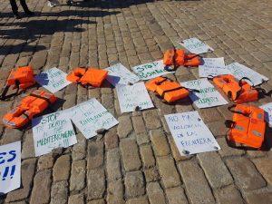 Una treintena de activistas europeos pide detener las muertes de personas migrantes en el Mediterráneo