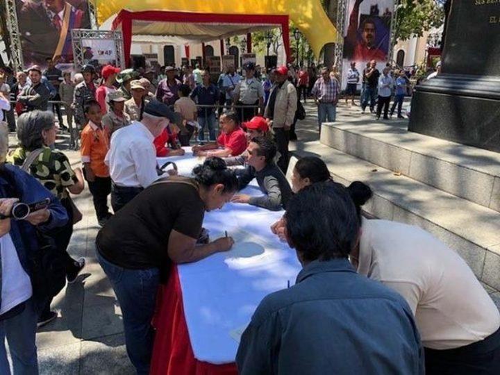 Venezolanos firman por la Paz