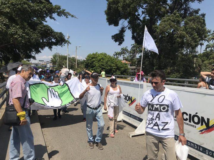 Colombianos y Venezolanos se unen en la frontera en un abrazo por la Paz