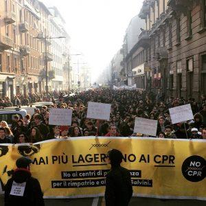 A Milano rabbia e gioia nel corteo contro il decreto Salvini