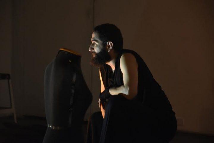 """Espetáculo """"A Notícia"""" desdobra em danças relatos jornalísticos de violência contra homoafetivos"""