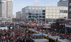 Tausende Menschen demonstrieren in Berlin für Frauenrechte