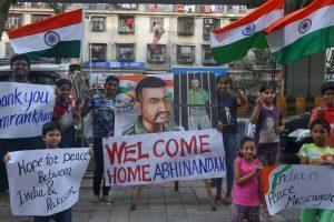 Bienvenida en India a piloto liberado por Pakistán en gesto de paz