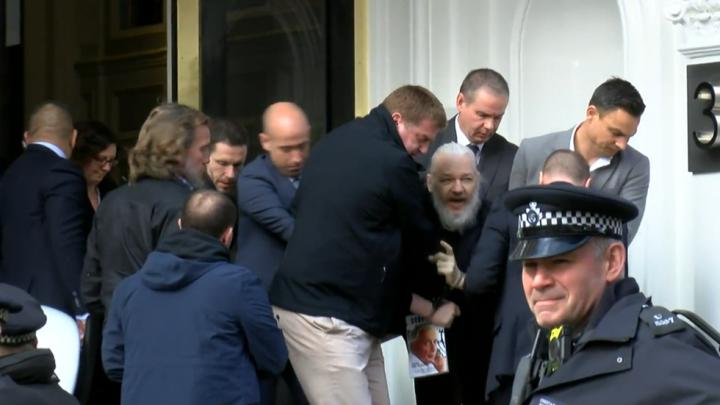 Ο Τζούλιαν Ασάνζ συνελήφθη στην πρεσβεία του Εκουαδόρ