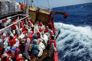 Sea-Eye: 64 persone bloccate in alto mare da 5 giorni. È necessario farle sbarcare al più presto