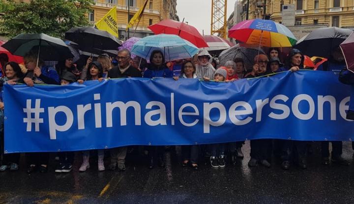 Napoli: corteo #primalepersone, marcia per l'uguaglianza dei diritti