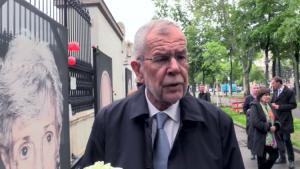 """Wien: Van der Bellen an geschändeter Holocaust-Ausstellung – """"Muslimische Jugend bewacht nun Bilder"""""""