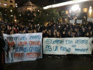 Protesta de profesores y estudiantes de Historia frente a La Moneda: ¡Sin Historia no hay Memoria!