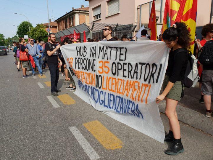 """Chiude l'Hub per migranti a Bologna. Ma c'è un presidio: """"Fermeremo i bus"""""""