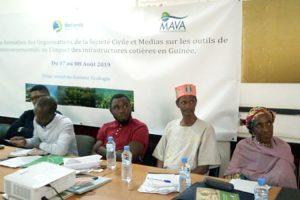 ¿Cómo se puede integrar a la sociedad civil y a los medios de comunicación en la protección ambiental en Guinea?