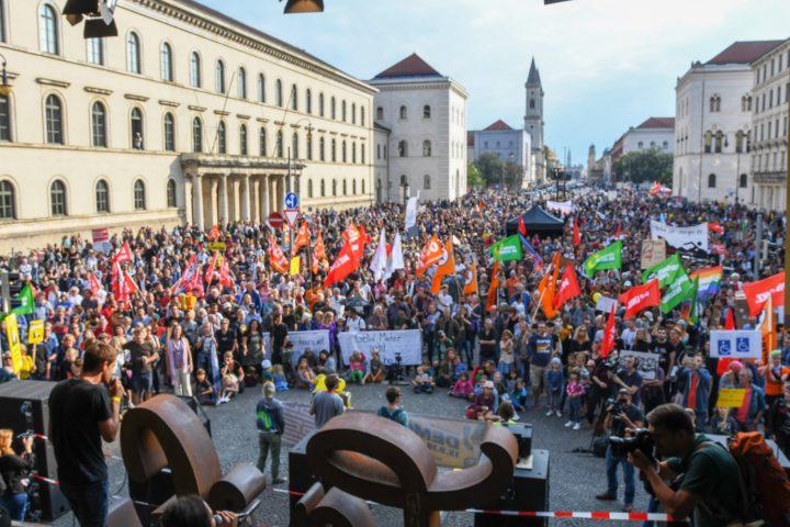 """Mitte September 2018 protestierten auf der Großdemonstration der Initiative """"#ausspekuliert"""" über 10.000 Münchnerinnen und Münchner gegen die teuren Mieten."""