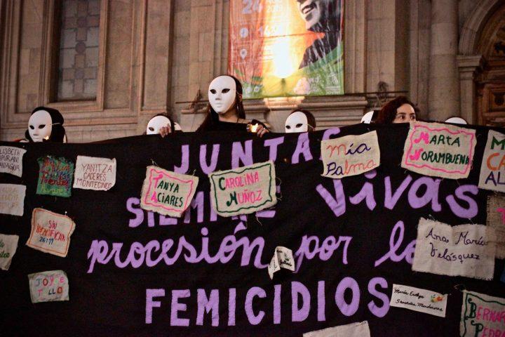 Chile: Feministas recuerdan a las 39 víctimas de femicidios marchando enmascaradas