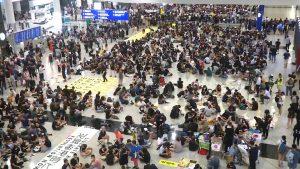 Centinaia di manifestanti a favore della democrazia occupano l'aeroporto di Hong Kong